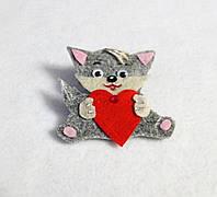 Брошка Котик  с сердечком. Подарок на день Святого Валентина