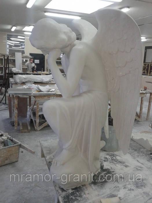 Скульптура скорбящего ангела