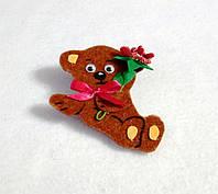 Брошка Мишка с букетом. Подарок на 8-е марта