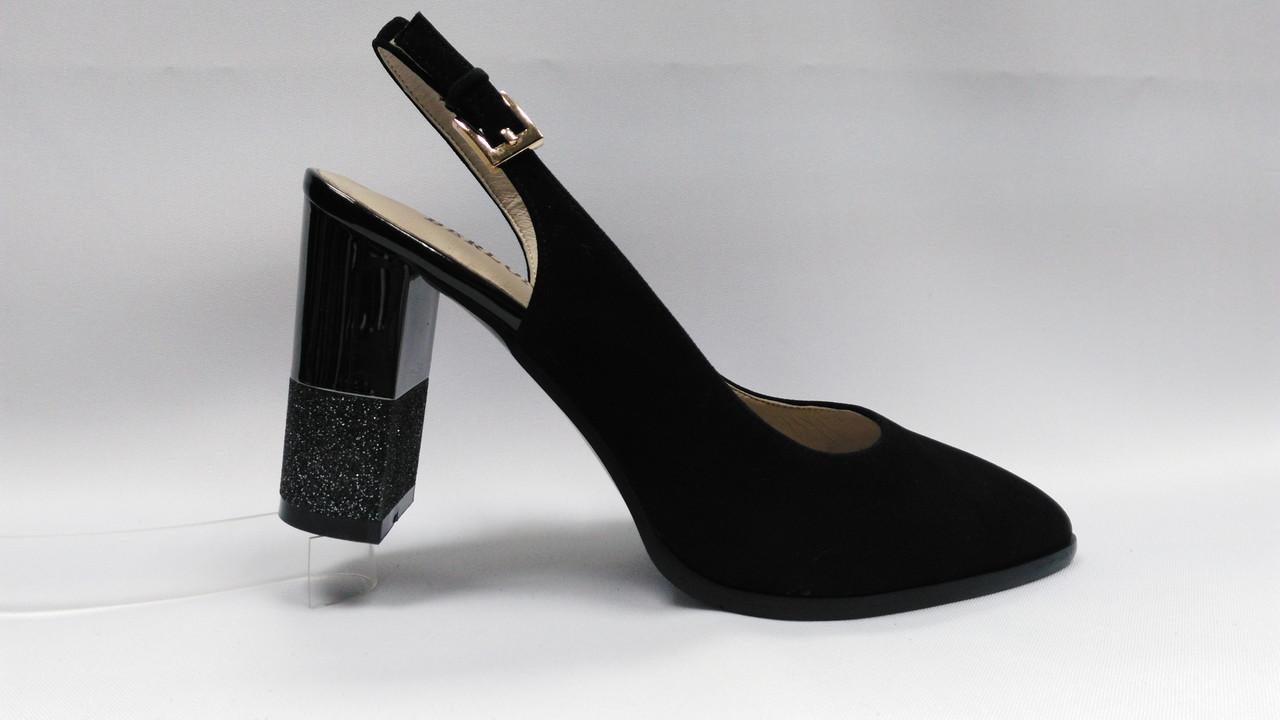 Босоножки замшевые на устойчивом каблуке.