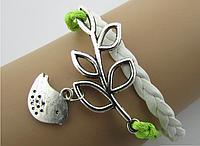 Кожаный браслет с серебристым кулоном Птичка на ветке, цвет - белый + салатовый
