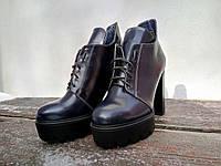 Модный ботинок на высоком каблуке и платформе темно синий