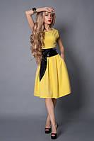 Летнее ярко-желтое платье с кожаным поясом