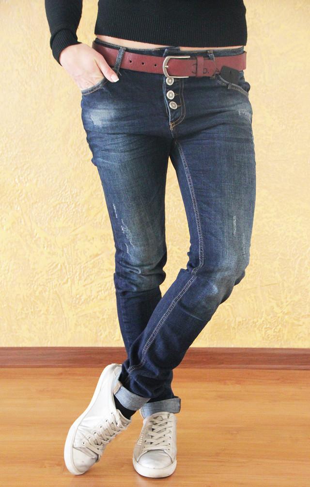 4c499bf998a Модные женские потертые джинсы-бойфренды с красным поясом. Турция ...