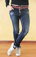 Модные женские потертые джинсы-бойфренды с красным поясом. Турция