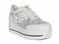 Женские кожаные кроссовки с гипюром на платформе (белые)