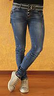 Молодежные джинсы бойфренды синего цвета с потертостями
