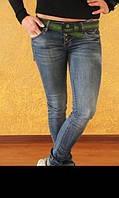 Женские потертые джинсы-бойфренды с зеленым поясом