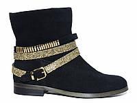 Замшевые демисезонные женские ботинки с ремешком со стразами