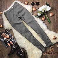 Облегающие повседневные брюки светло-серого оттенка с деликатной золотистой фурнитурой  PN390012