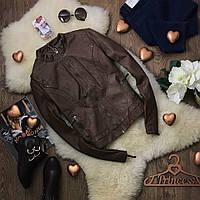 Лаконичная куртка-косуха из мягкой имитации кожи с фигурной строчкой