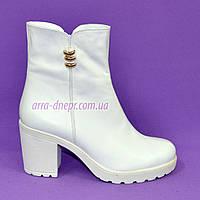 Женские ботинки на устойчивом каблуке, из натуральной белой кожи, на байке.