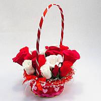 Букет из конфет Корзина роз красно-белая 21