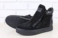 Женские ботинки, из натуральной замши, с кожаными вставками, на черной подошве, с замочками и камнями