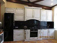 Деревянная кухня с декоративными колонами, фото 1