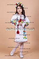 Вышитое детское платье с красивыми яркими цветами.