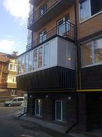 Балкон под ключ с выносом плиты и наружной обшивкой из профиля Rehau