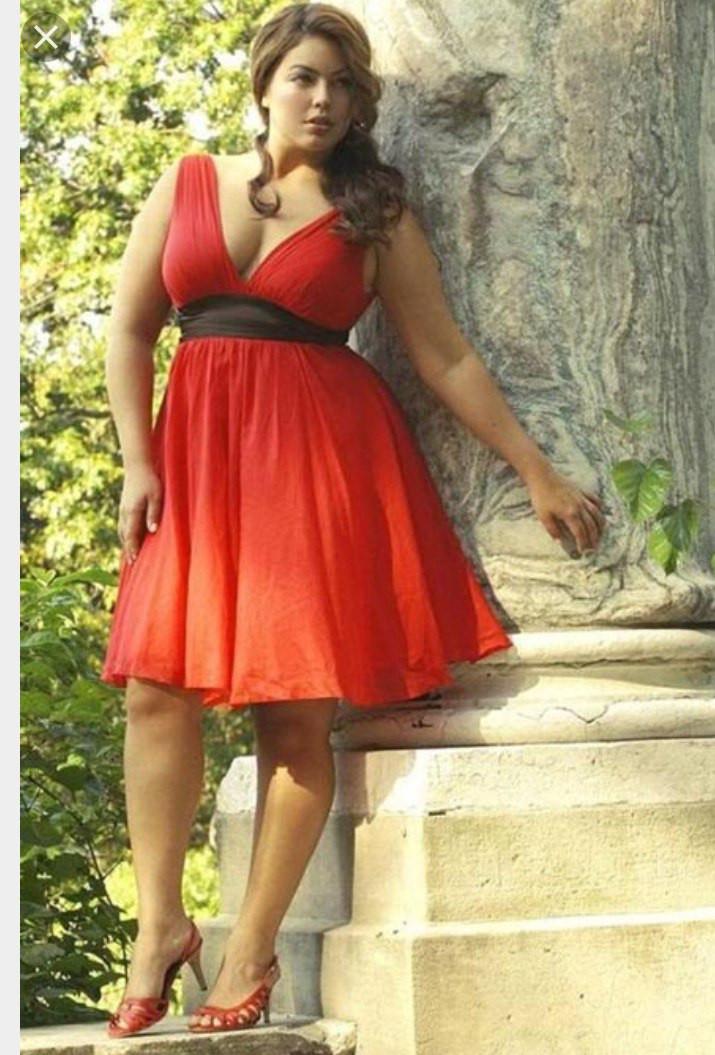 08f35dac33b1932 Короткое платье большого размера без рукавов с пышной юбкой и глубоким  вырезом декольте