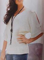 Вязаный женский свитер с разрезами на рукавах.