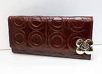 Женский кожаный портмоне шоколадного цвета.