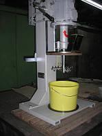 Диссольвер-смеситель настольный, с ручным подъемным механизмом инструмента.