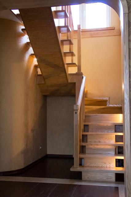 Деревянная лестница из дерева.