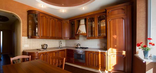 Кухня расположенная на первом этаже дома, с выходом на летнюю террасу.