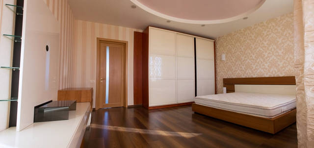 Хозяйская спальня расположенная на втором этаже с видом на водоем.