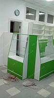 В данных фотографиях представлена мебель для аптеки в более бюджетном исполнении. Это выражается в прилавках не сложной формы при небольших размерах с открытым накопителем со стороны фармацевта.