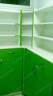 В данных фотографиях представлена мебель для аптеки в более бюджетном исполнении. Это выражается в пристенныех стеллажах которые имеют только по два выдвижных ящика и распашные двери внизу