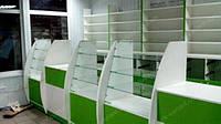 Расположение аптечной мебели в помещении не правильной формы. Где размещено три аптечных кассы в правильной очередностью с витринными прилавками, рядом пристенных стеллажей для аптеки и закрытых стеклянных витрин для выкладки аптечных товаров