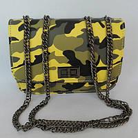 Сумка-клатч небольшого размера через плечо комуфляж желто-серый на цепочке