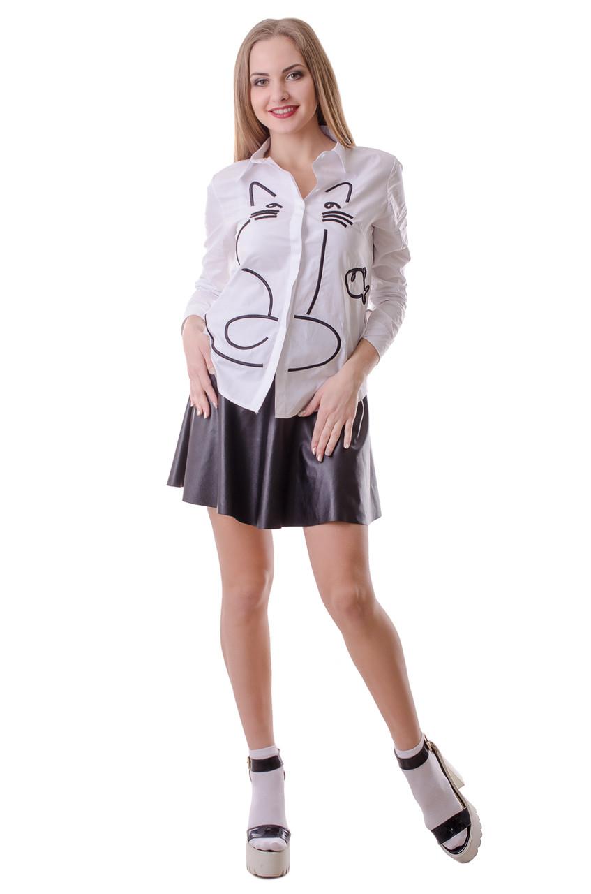 Однотонная женская блузка с изображением котика и рыбки белого цвета