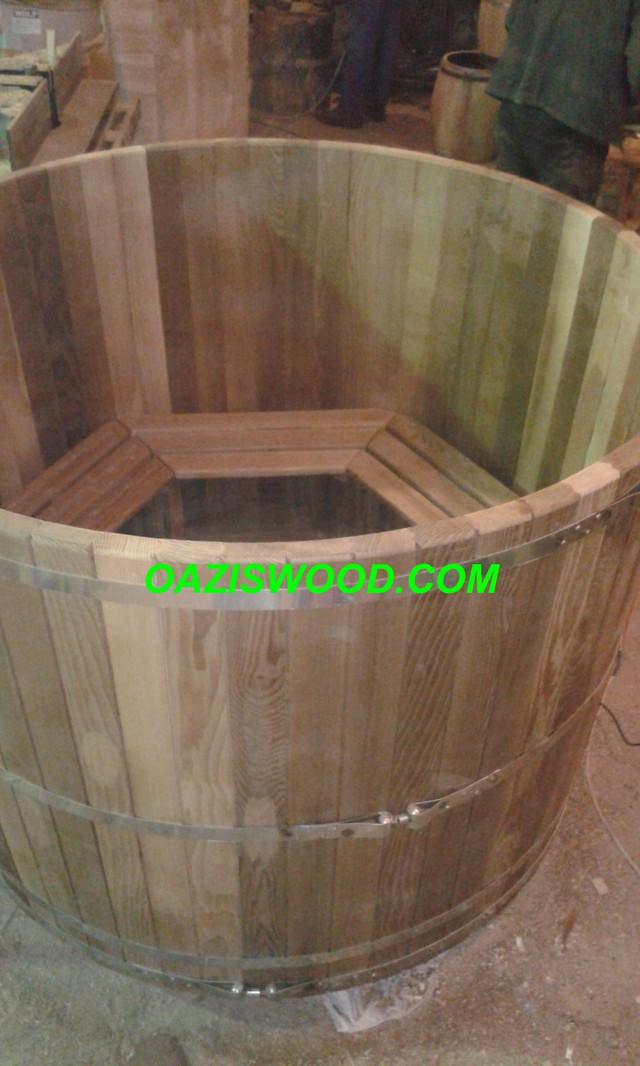 """Офуро, фурако, японская баня из ясеня термо – это полностью натуральный, экологически чистый продукт, появившийся в результате обработки древесины ясеня горячим паром.  Если вам нужна красивая и одновременно стабильная офуро, японская баня, фурако, то термообработанный ясень – именно тот материал, который проявит в эксплуатации свои лучшие свойства.  Под влиянием горячего пара изменяется молекулярный состав древесины ясеня. Кроме того, воздействие высоких температур приводит к разложению древесных сахаридов, являющихся комфортной средой размножения для различных микроорганизмов.    Таким образом, к основным достоинствам офуро, японской бани, фурако из доски термоясеня можно отнести:    • прочность;  • длительный срок эксплуатации;  • повышенную влагостойкость;  • отсутствие скрипа и растрескивания;  • стойкость к грибку и плесени;  • экологическую безопасность;  • эффектное проявление древесной структуры;  • великолепный внешний вид.   АКЦИЯ!!! Бесплатная обработка внешних частей и элементов изделий бесцветным ДЕРЕВОЗАЩИТНЫМ СРЕДСТВОМ С УФ-ФИЛЬТРОМ ТМ """"MAXIMA"""".  Покрытие значительно увеличивает срок службы офуро, японской бани, фурако из термодерева, так после термообработки древесину необходимо защищать от УФ-излучения.  Хотите больше фотографий? Переходите в ФОТОГАЛЕРЕЮ.  Где посетить офуро японскую баню и бани с деревянными купелями? Посмотреть список!  Японская офуро, фурако изготовленные из термоясеня превосходно переносят контакт с водой, не разрушаются и не гниют.   Термомодифицированное дерево, термоясень — это древесина, которая в процессе термообработки изменяет свои химические и физические свойства.   Термообработкой древесины называется автоматизированный процесс, который происходит в специальных термокамерах при высоких температурах. Для обработки используют только пар и тепло, без добавления каких-либо химических примесей и добавок.  Преимущества японской бани, офуро, фурако из термодревесины:    1. Долговечность. Благодаря особой обработке, стойкость """