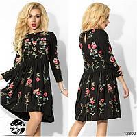 Платье асимметричной длины с клешеной юбкой в сборку на талии, декорированное оригинальной цветочной вышивкой.