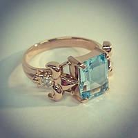 Перстень из розового золота с топазом и бриллиантами.