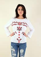 Белая блуза оформлена красной вышевкой