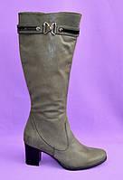 Женские классические зимние сапоги на устойчивом каблуке из натуральной замши серого цвета. 38 размер