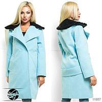 Стильное пальто с тонким подкладом, декорированное съемным искусственным мехом на воротнике.