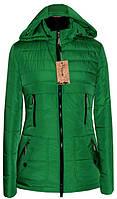 Красивая весенняя куртка в насыщенном зеленом цвете
