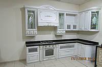 Угловая кухня с деревянными фасадами и декорами