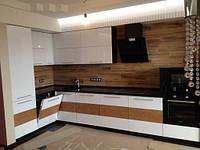 Угловая крашеная кухня с элементами дерева