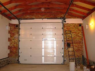 Ворота Алютех промышленной серии с торсионными пружинами для больших гаражей и проемов. Встроенная калитка. Используется стандартный тип монтажа. Рекомендуется управление цепным редуктором или автоматическое.