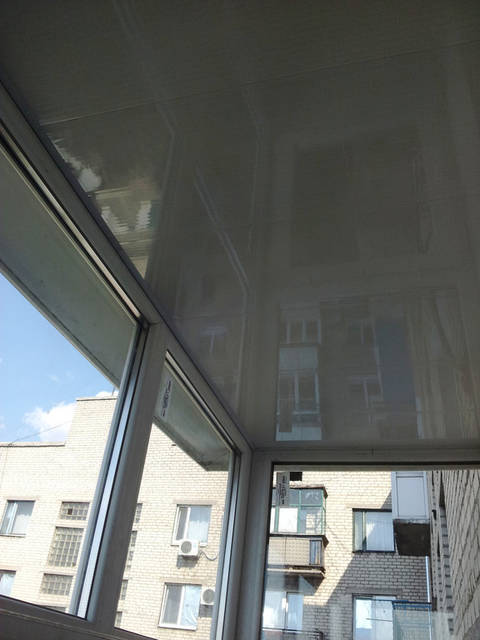 Отделка потолка балкона пластиком.