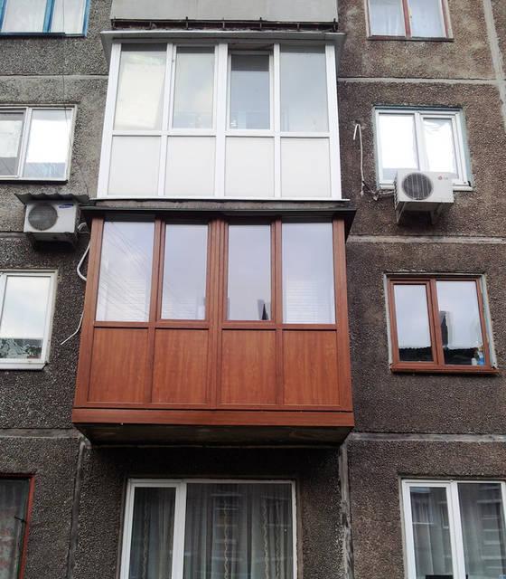 """Ламинированный балкон. Цвет """"золотой дуб""""."""