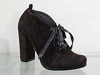 Стильные замшевые молодежные ботильоны на каблуке темно-коричневые