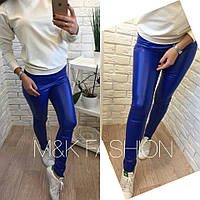 Яркие кожаные лосины синего цвета с карманами