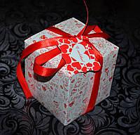 Подарочная коробочка с биркой и ленточкой.