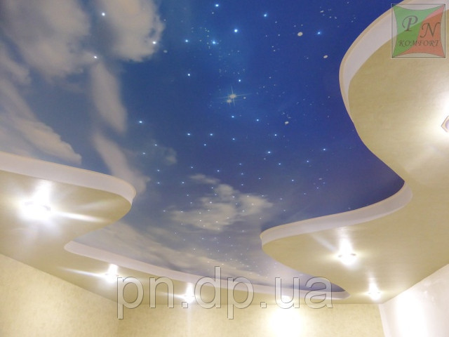 Звездное небо и фотопечать на натяжном потолке.