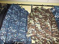 Военная одежда и снаряжение с хранения.